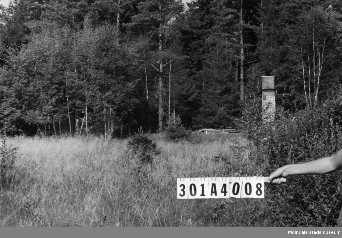 Byggnadsinventering i Lindome 1968. Skåregärde (1:9). Hus nr: 301A4008. Benämning: rivet fritidshus och gäststuga. Kvalitet: dålig. Material, gäststuga: trä. Tillfartsväg: ej framkomlig.