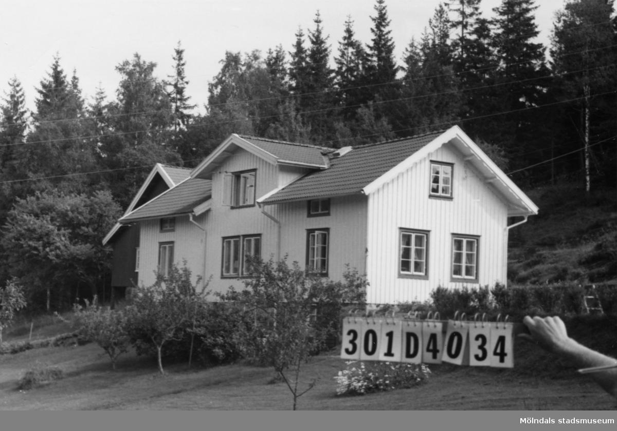 Byggnadsinventering i Lindome 1968. Hällesåker 3:10. Hus nr: 301D4034. Benämning: permanent bostad, ladugård, redskapsbod och hus. Kvalitet, bostadshus och ladugård: god. Kvalitet, redskapshus och hus: mindre god. Material: trä. Tillfartsväg: framkomlig.