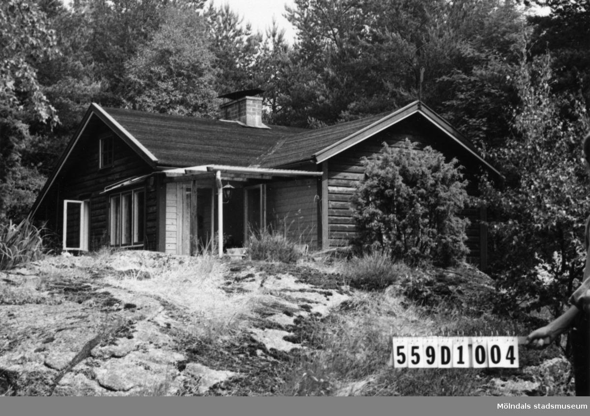 Byggnadsinventering i Lindome 1968. Långås 1:36. Hus nr: 559D1004. Benämning: fritidshus och gäststuga. Kvalitet: mycket god. Material: trä. Tillfartsväg: ej framkomlig. Renhållning: soptömning.