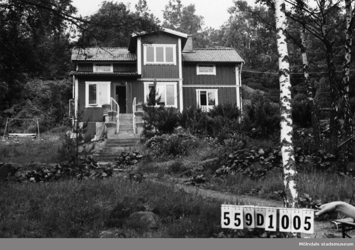Byggnadsinventering i Lindome 1968. Ingemantorp 2:32. Hus nr: 559D1005. Benämning: permanent bostad och redskapsbod. Kvalitet, bostadshus: god. Kvalitet, redskapsbod: mindre god. Material: trä. Tillfartsväg: framkomlig. Renhållning: soptömning.