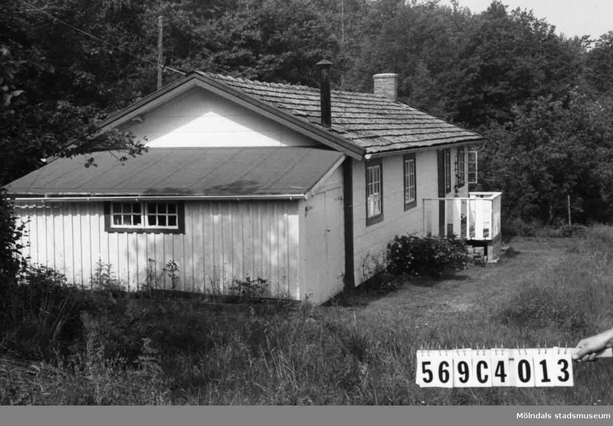 Byggnadsinventering i Lindome 1968. Berget 1:13. Hus nr: 569C4013. Benämning: fritidshus. Kvalitet: god. Material: eternit. Övrigt: snyggt använd eternit. Tillfartsväg: framkomlig. Renhållning: soptömning.