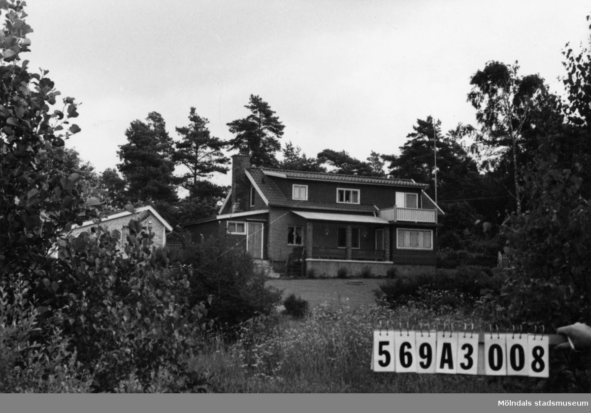 Byggnadsinventering i Lindome 1968. Skäggered 3:5. Hus nr: 569A3008. Benämning: permanent bostad, redskapsbod och garage + rum. Kvalitet, bostadshus och garage: mycket god. Kvalitet, redskapsbod: mindre god. Material, bostadshus: rött tegel, trä. Material, redskapsbod: trä. Material, garage: gult tegel. Tillfartsväg: framkomlig. Renhållning: soptömning.
