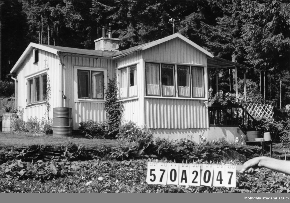 Byggnadsinventering i Lindome 1968. Bräcka (1:21). Hus nr: 570A2047. Benämning: fritidshus och redskapsbod. Kvalitet: god. Material: trä. Tillfartsväg: framkomlig. Renhållning: ej soptömning.