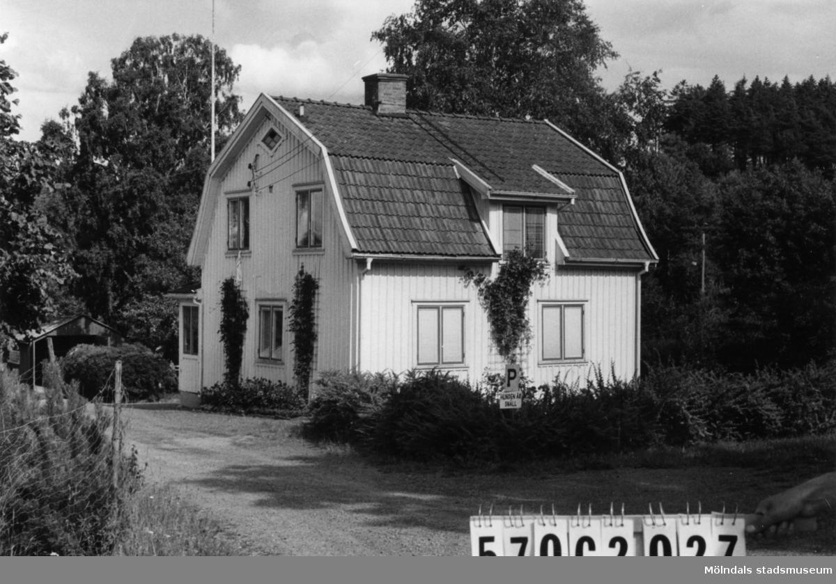 Byggnadsinventering i Lindome 1968. Dvärred 2:16. Hus nr: 570C1027. Benämning: permanent bostad, gäststuga, ladugård, garage och växthus. Kvalitet: god. Material: trä. Övrigt: plantskola. Tillfartsväg: framkomlig. Renhållning: soptömning.