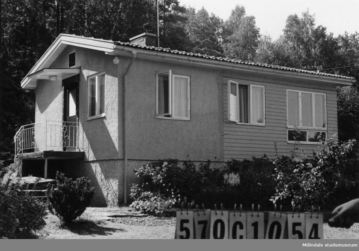 Byggnadsinventering i Lindome 1968. Dvärred 2:35. Hus nr: 570C2034. Benämning: fritidshus. Kvalitet: mycket god. Material: trä, puts. Övrigt: ska användas som permanent bostad. Tillfartsväg: framkomlig. Renhållning: soptömning.