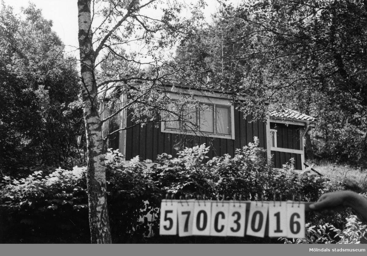 Byggnadsinventering i Lindome 1968. Dvärred 2:29. Hus nr: 570C3016. Benämning: fritidshus. Kvalitet: mindre god. Material: trä. Tillfartsväg: framkomlig.