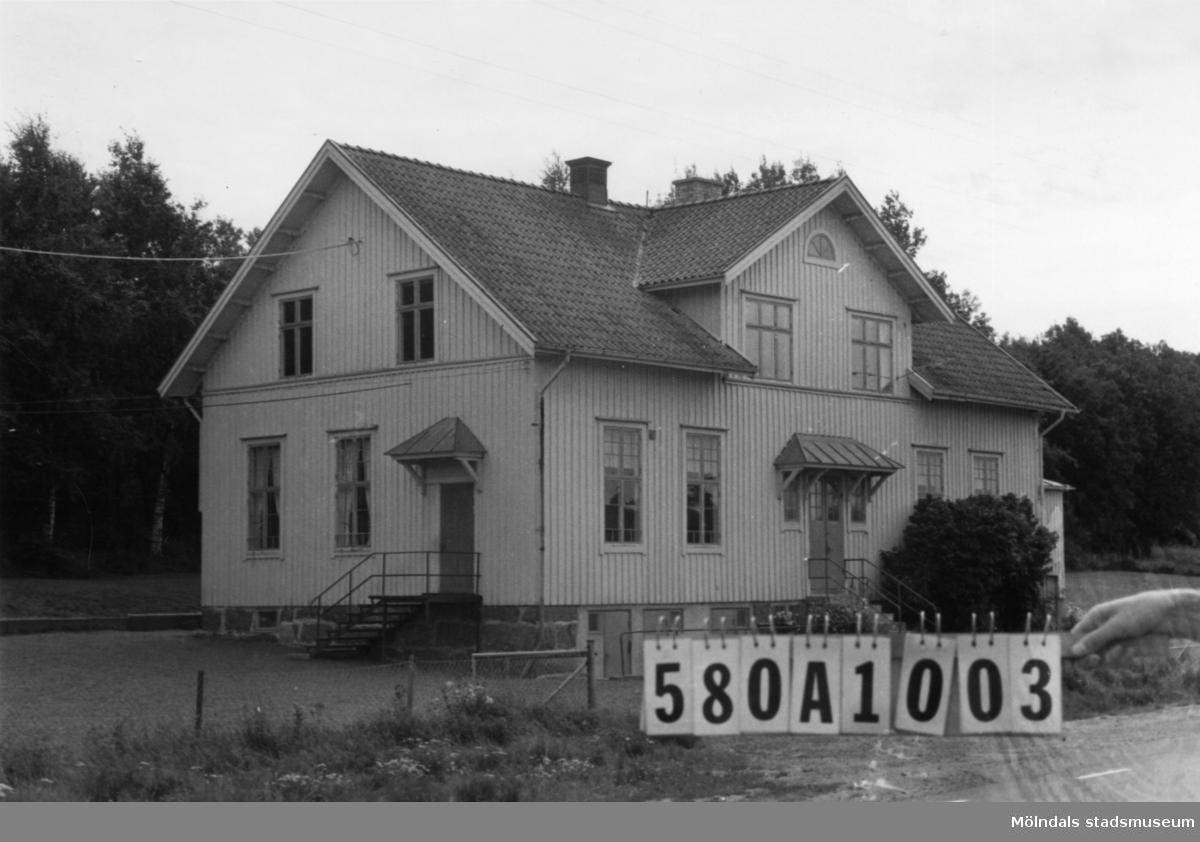 Byggnadsinventering i Lindome 1968. Sinntorp 1:1. Hus nr: 580A1003. Benämning: skola. Kvalitet: god. Material: trä. Tillfartsväg: framkomlig. Renhållning: soptömning.