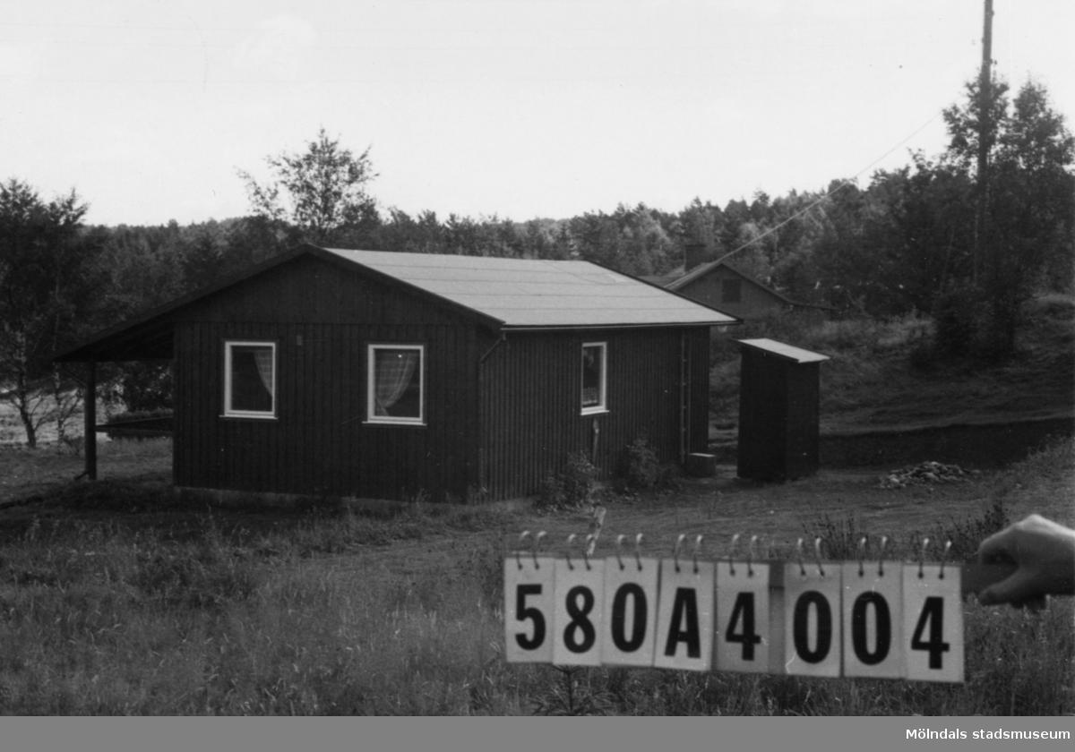 Byggnadsinventering i Lindome 1968. Hassungared 4:8. Hus nr: 580A4004. Benämning: fritidshus och redskapsbod. Kvalitet, fritidshus: mycket god. Kvalitet, redskapsbod: god. Material: trä. Tillfartsväg: framkomlig.