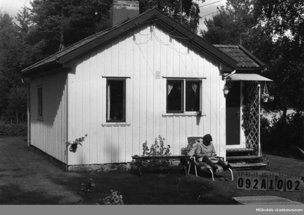 Byggnadsinventering i Lindome 1968. Greggered 1:23. Hus nr: 092A1002. Benämning: fritidshus och två redskapsbodar. Kvalitet, bostadshus: god. Kvalitet, redskapsbodar: god, mindre god. Material: trä. Övrigt: lekstuga. Tillfartsväg: framkomlig. Renhållning: soptömning.