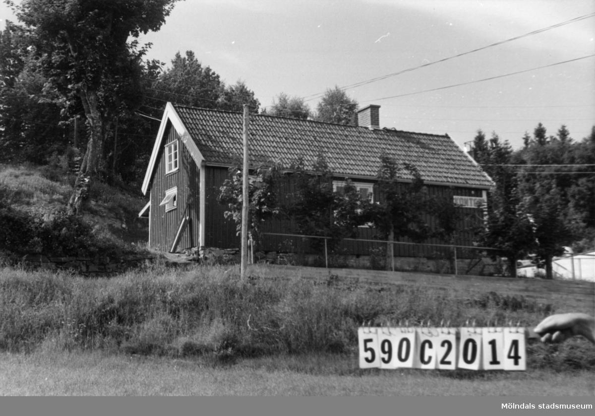 Byggnadsinventering i Lindome 1968. Hällesåker 3:29. Hus nr: 590C2014. Hällesåkersstugans kontor. Benämning: kontor. Kvalitet: god. Material: trä. Tillfartsväg: framkomlig. Renhållning: soptömning.