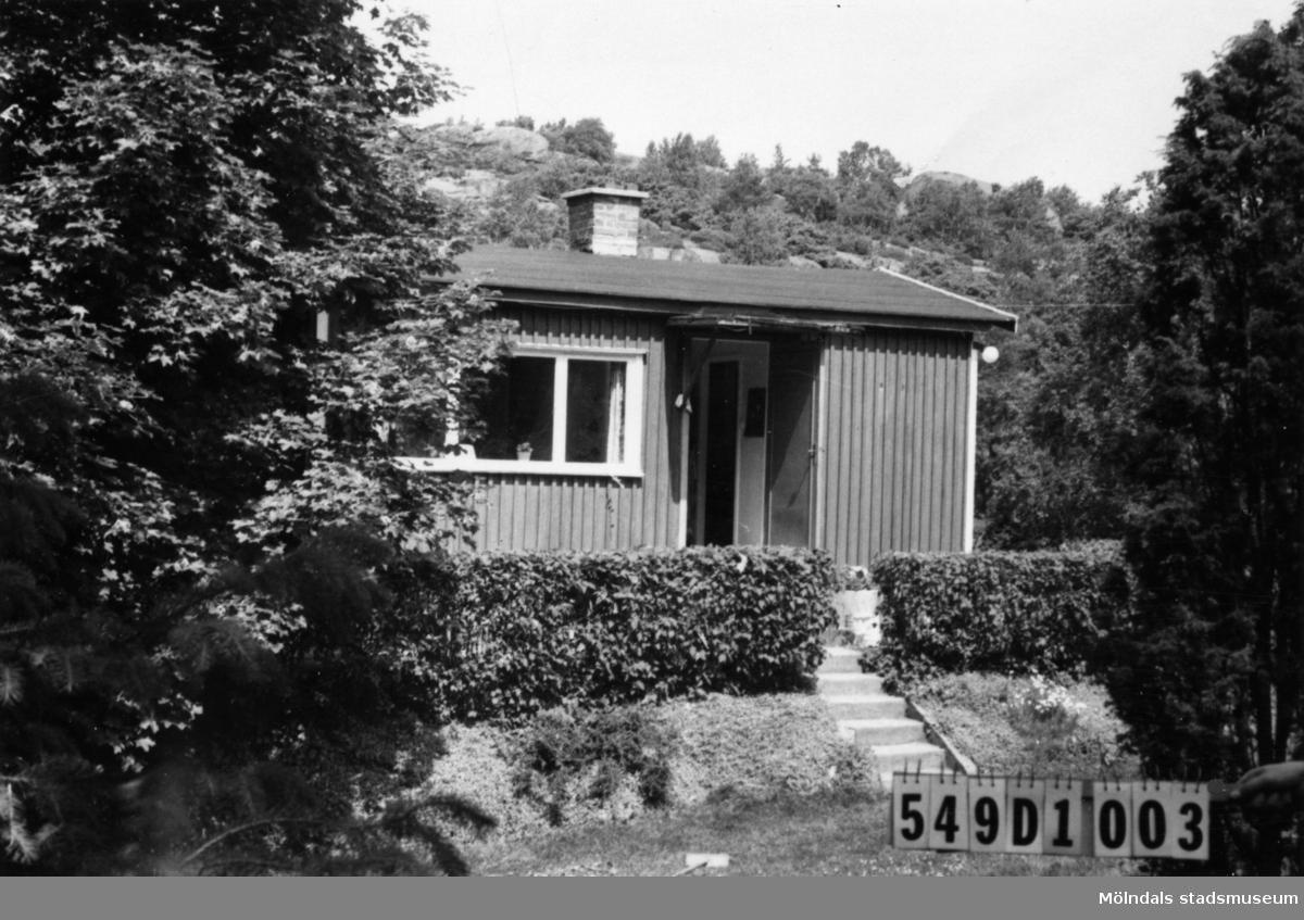 Byggnadsinventering i Lindome 1968. Hällesås 1:5. Hus nr: 549D1003. Benämning: fritidshus och redskapsbod. Kvalitet, bostadshus: god. Kvalitet, redskapsbod: mindre god. Material: trä. Övrigt: väl anpassat till naturen. Tillfartsväg: framkomlig.