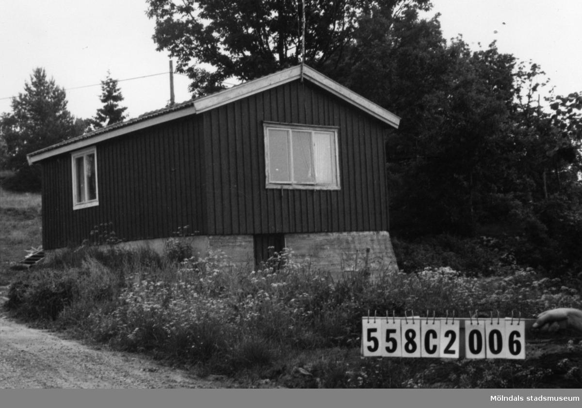 Byggnadsinventering i Lindome 1968. Långås 1:38. Hus nr: 558C2006. Benämning: fritidshus. Kvalitet: god. Material: trä. Övrigt: ligger omotiverat i landskapet. Tillfartsväg: framkomlig.