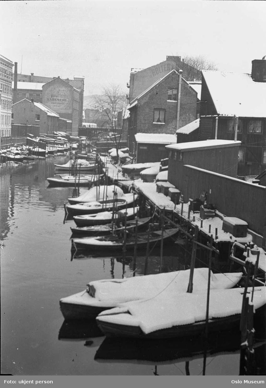 elv, småbåthavn, trehusbebyggelse, bygårder, gavlreklame