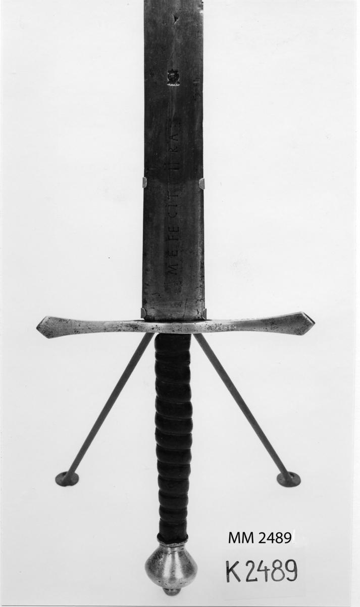 """Slagsvärd av år 1657. På klingans ena sida märkt: """"ANNO 1657"""" och på den andra: """"ME FECIT WIIRA"""". På bägge sidorna finns en Wira bruks stämpel."""