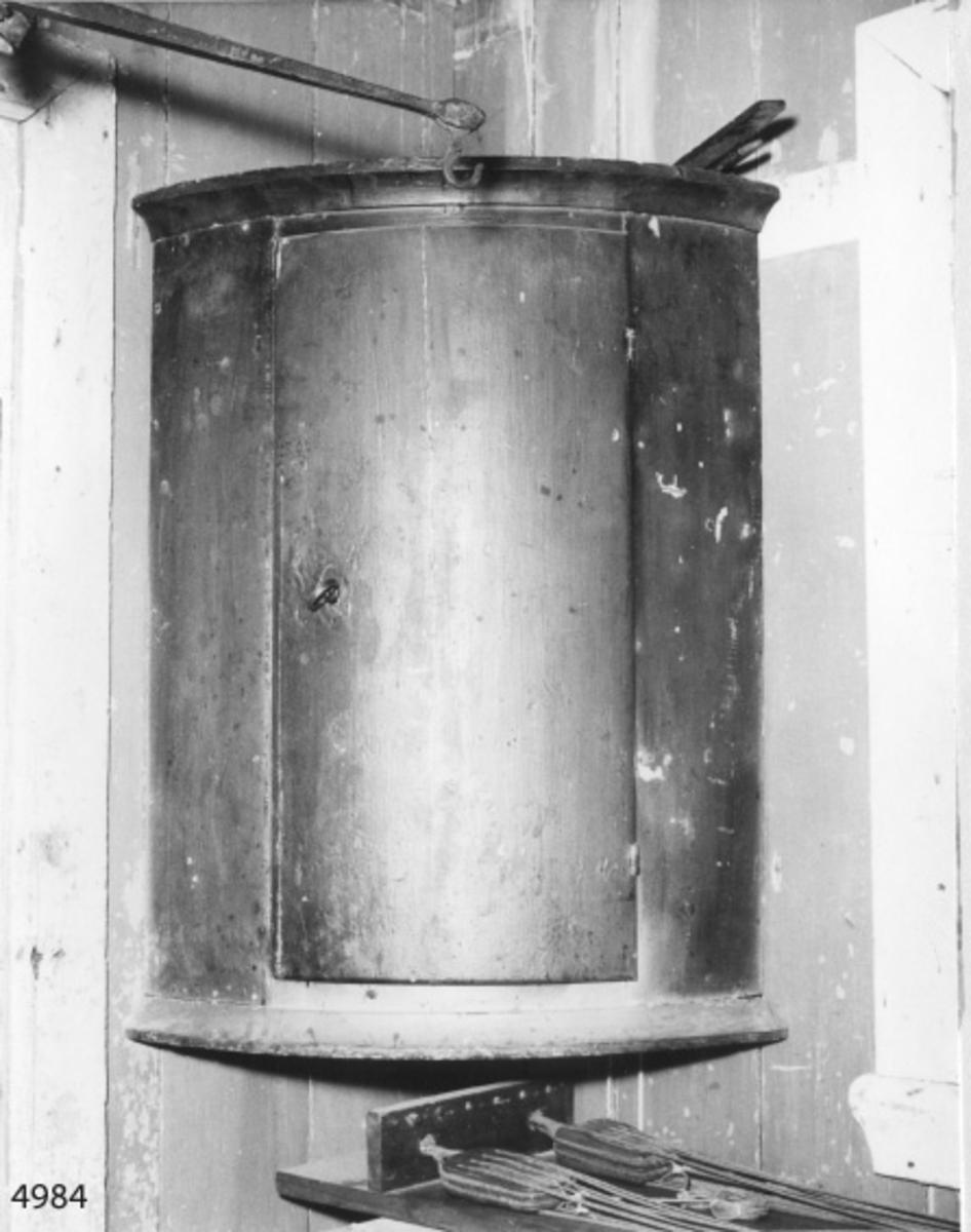 Hörnskåp av furuträ. Skåpet är ett brännvinsskåp för officershytt å linjeskepp av Chapmankonstruktion..