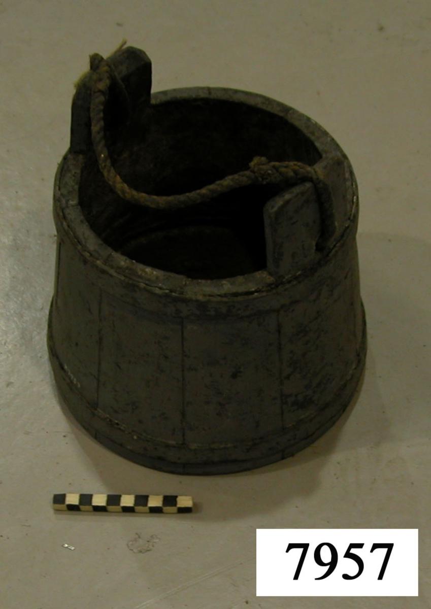Pyts av trä för användning vid lappsalvning av rigg å segelfartyg. Märkt i botten: C I E. Pytsen gråmålad. Den har formen av stympad kon och är bandad med två järn samt försedd med bärhandtag av rep.