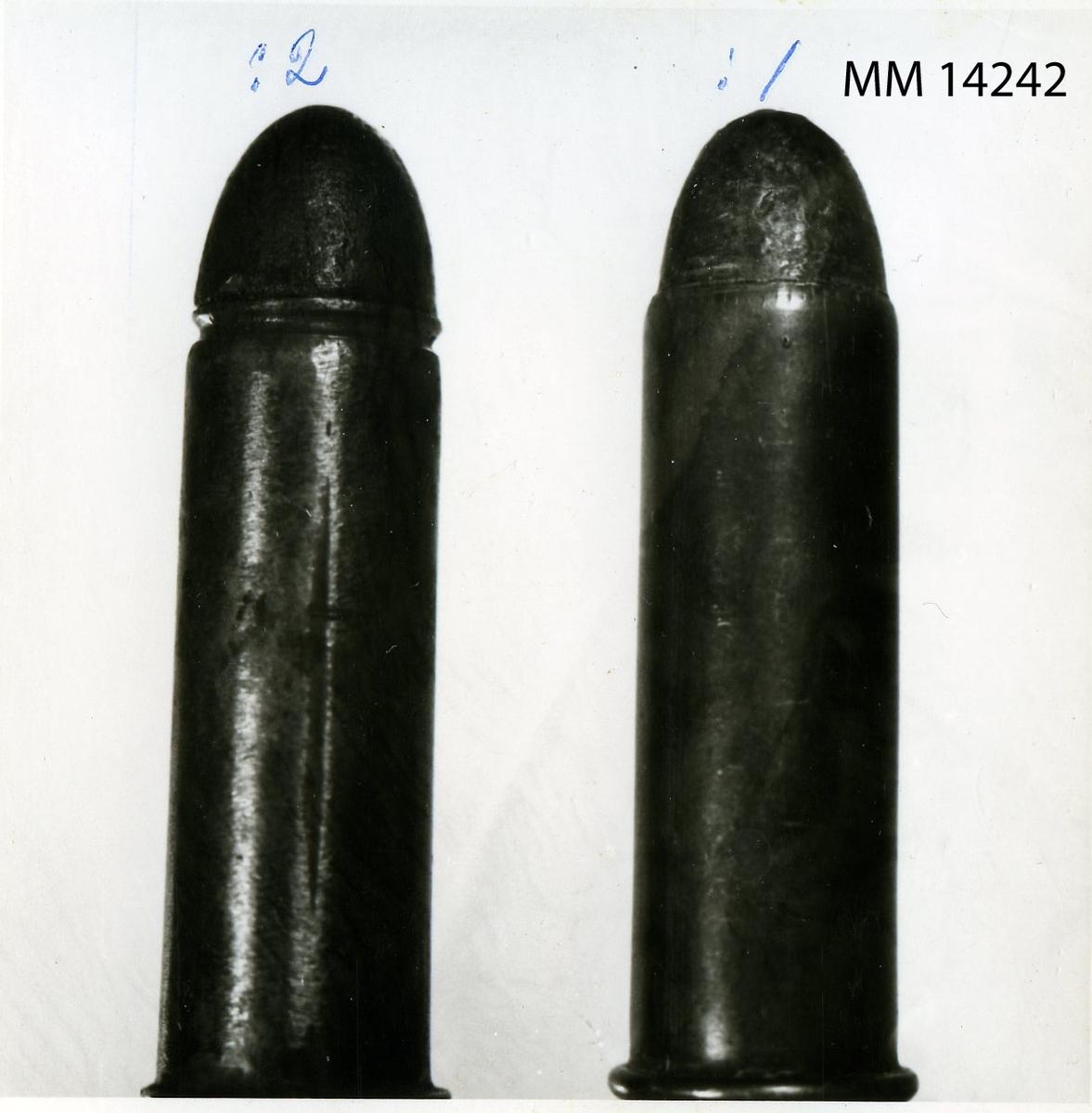 Patron till gevär m/1867 (Remingtons systems) av mässing och bly  Kantatantändning. :2 = :1 med undantag av kulan som här är av trä