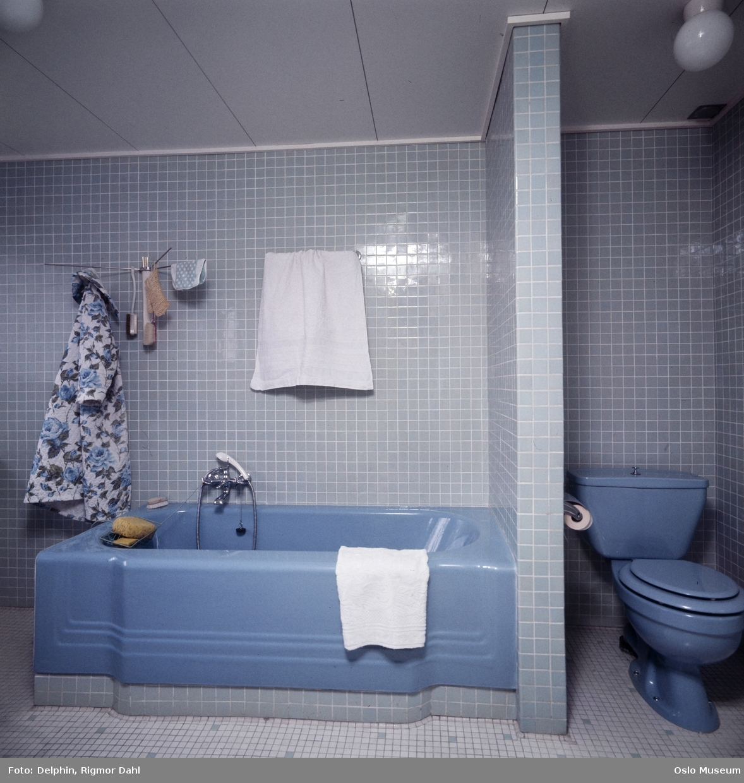 badekar med vegger villa, interiør, baderom, badekar, flislagte vegger og gulv  badekar med vegger