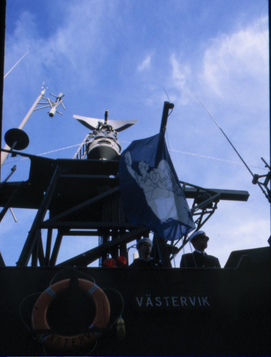 Fartyg: VÄSTERVIK                       Rederi: Kungliga Flottan, Marinen Övrigt: Överlämnandet av Västervik Marinmuseums flagga hissas på Västervik.