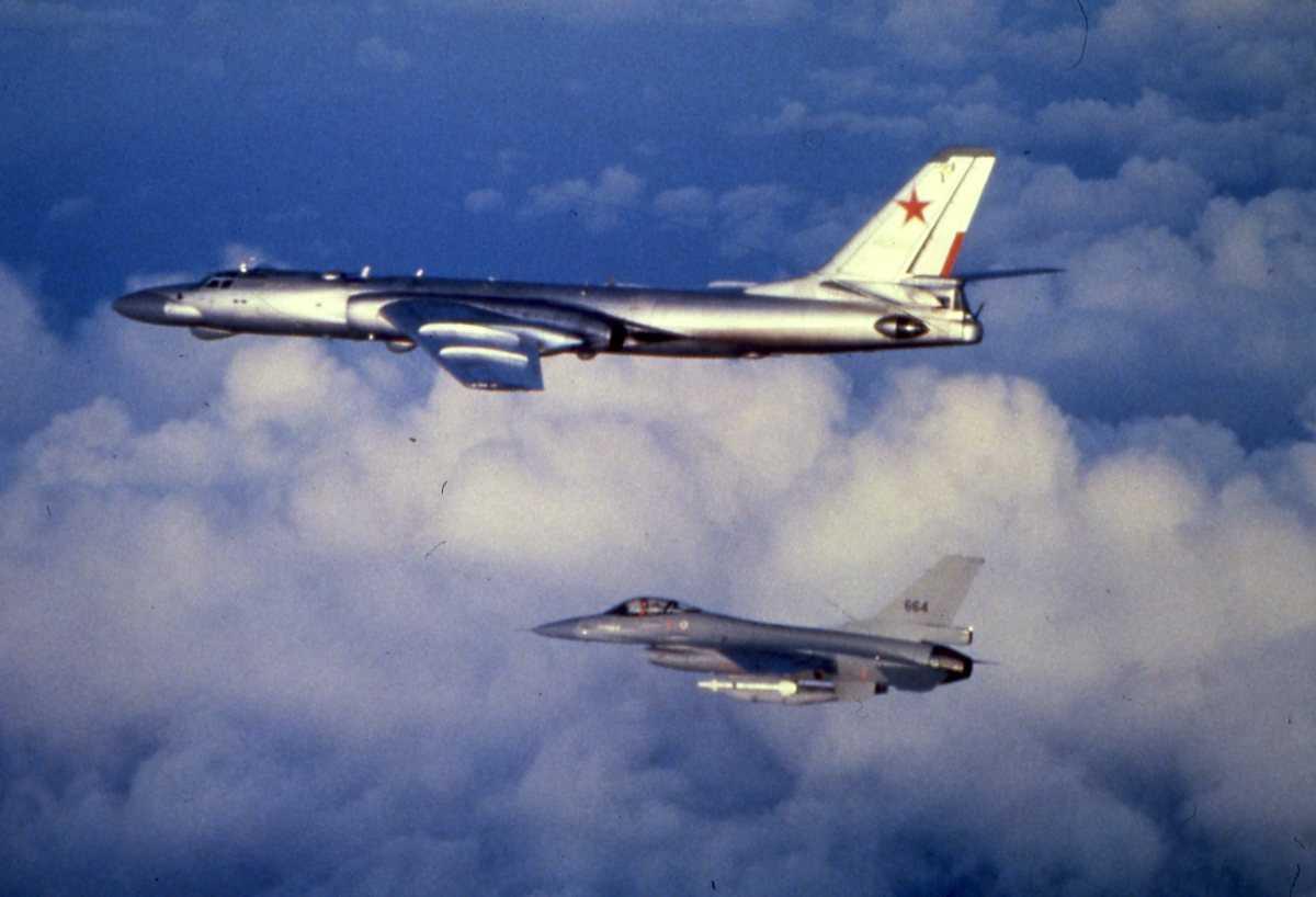 Russisk fly av typen Badger D med nr. 20. Nærmest sees en F-16 med nr. 664.