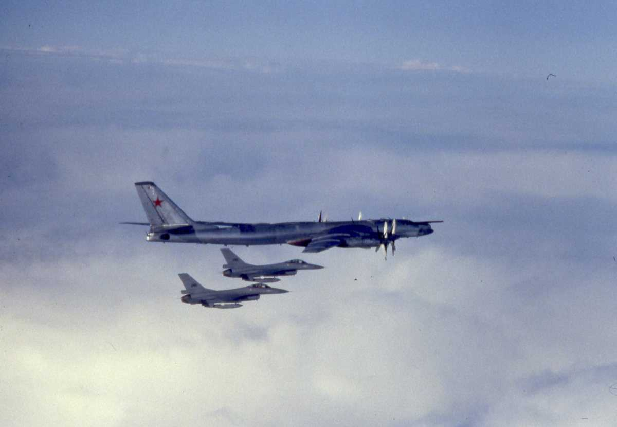 Russisk fly av typen Bear B. Nærmest sees 2 stk norske F-16.