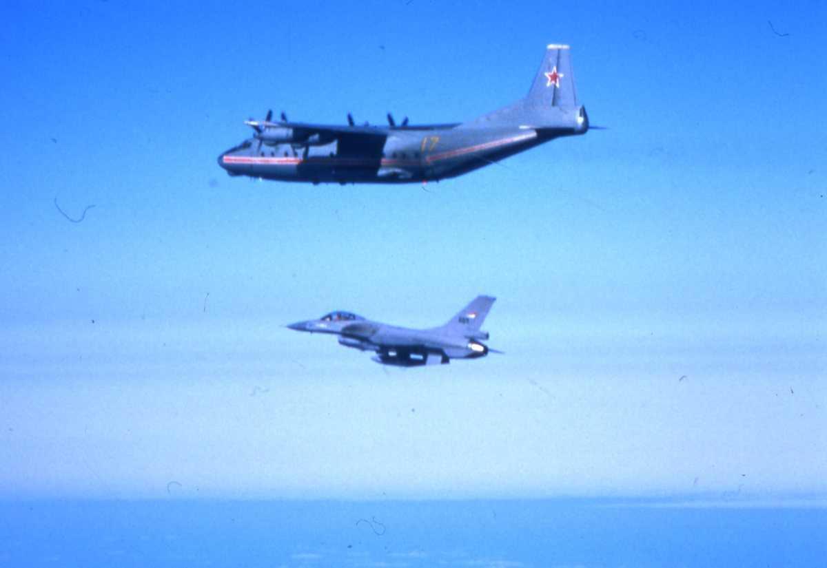 Russisk fly av typen Cub med nr. 17 og under en F-16.