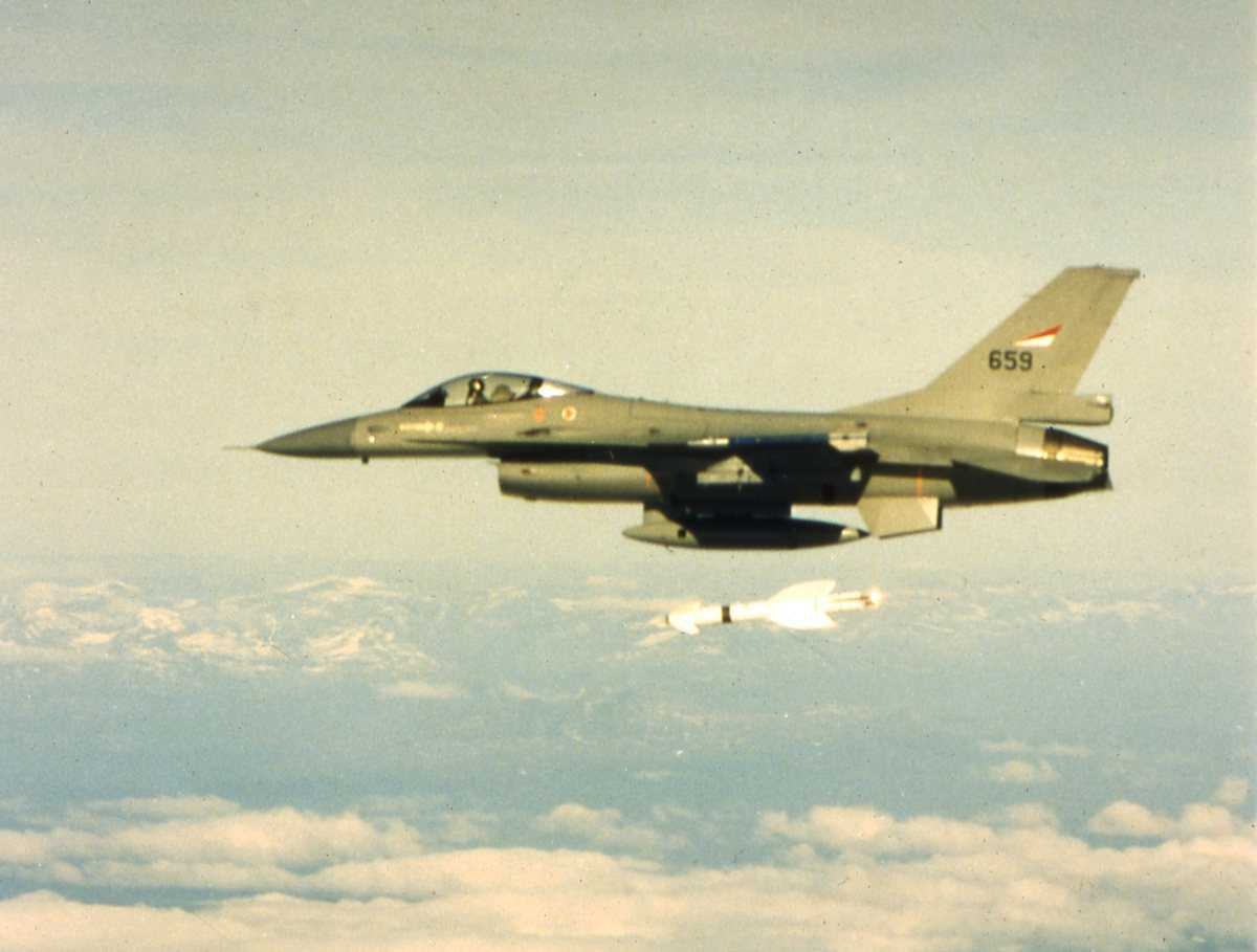 Norsk fly av typen F-16 Falcon med nr. 659, som nettopp har avfyrt en Penquin-rakett.