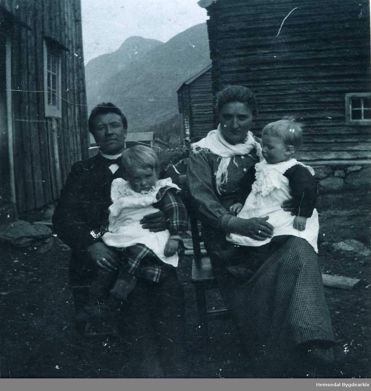 Eirik og Karoline Langehaug med Guro og Knut, 1902-1903.