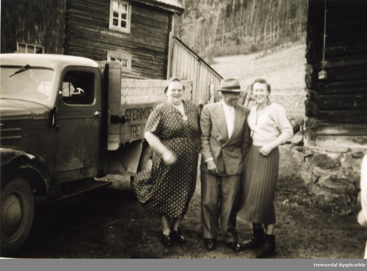 Kyrkjebøen, 68.2, i 1955 Frå venstre: Anne Thorset, Jakob Thorset og Olga Getsine Thorset