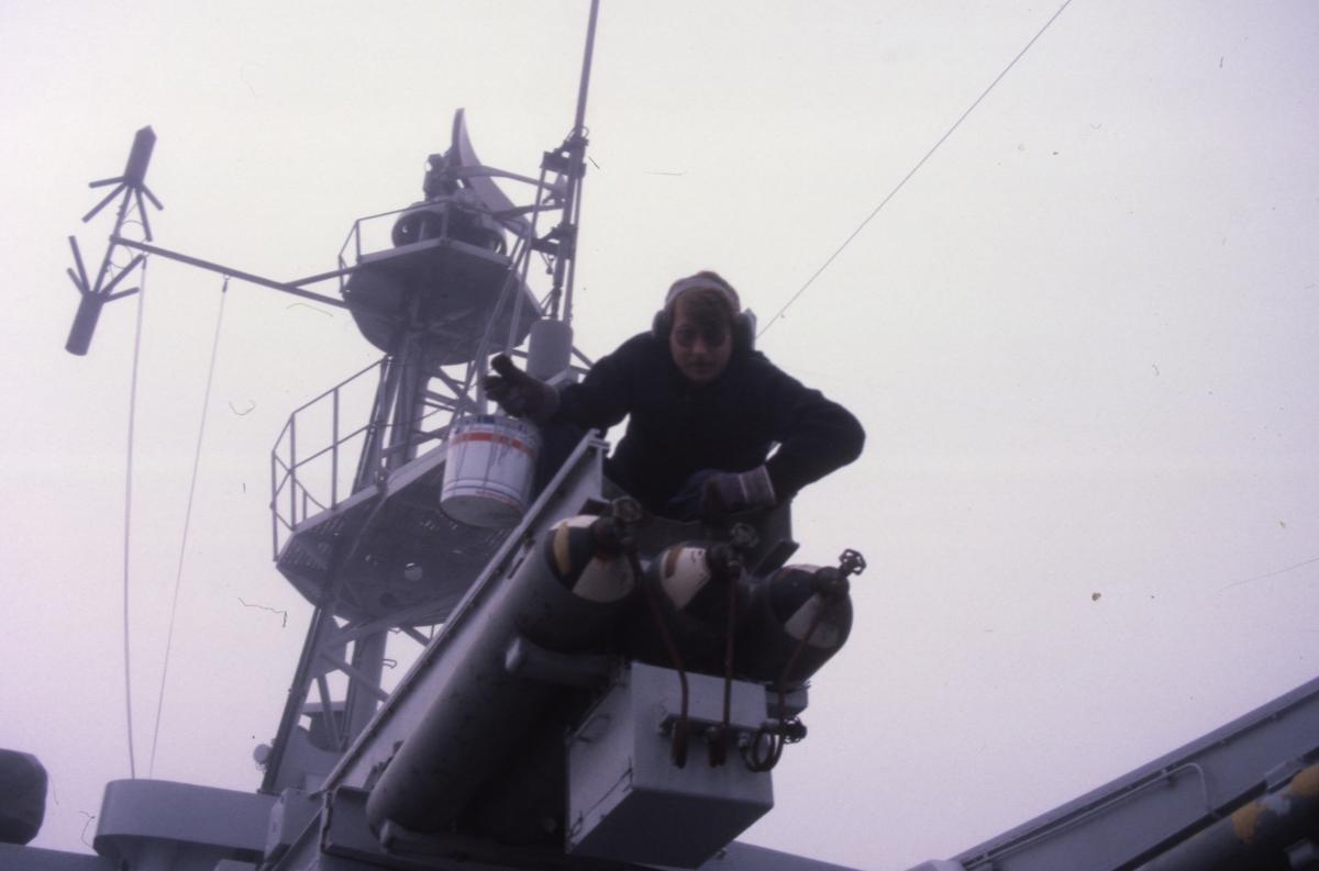 Fartyg: HALLAND                        Bredd över allt 12,6 meter Längd över allt 116 meter  Byggår: 1952 Varv: Götaverken, Göteborgs MV Övrigt: Sjöman sittande på gastuber ombord på jagaren Halland.