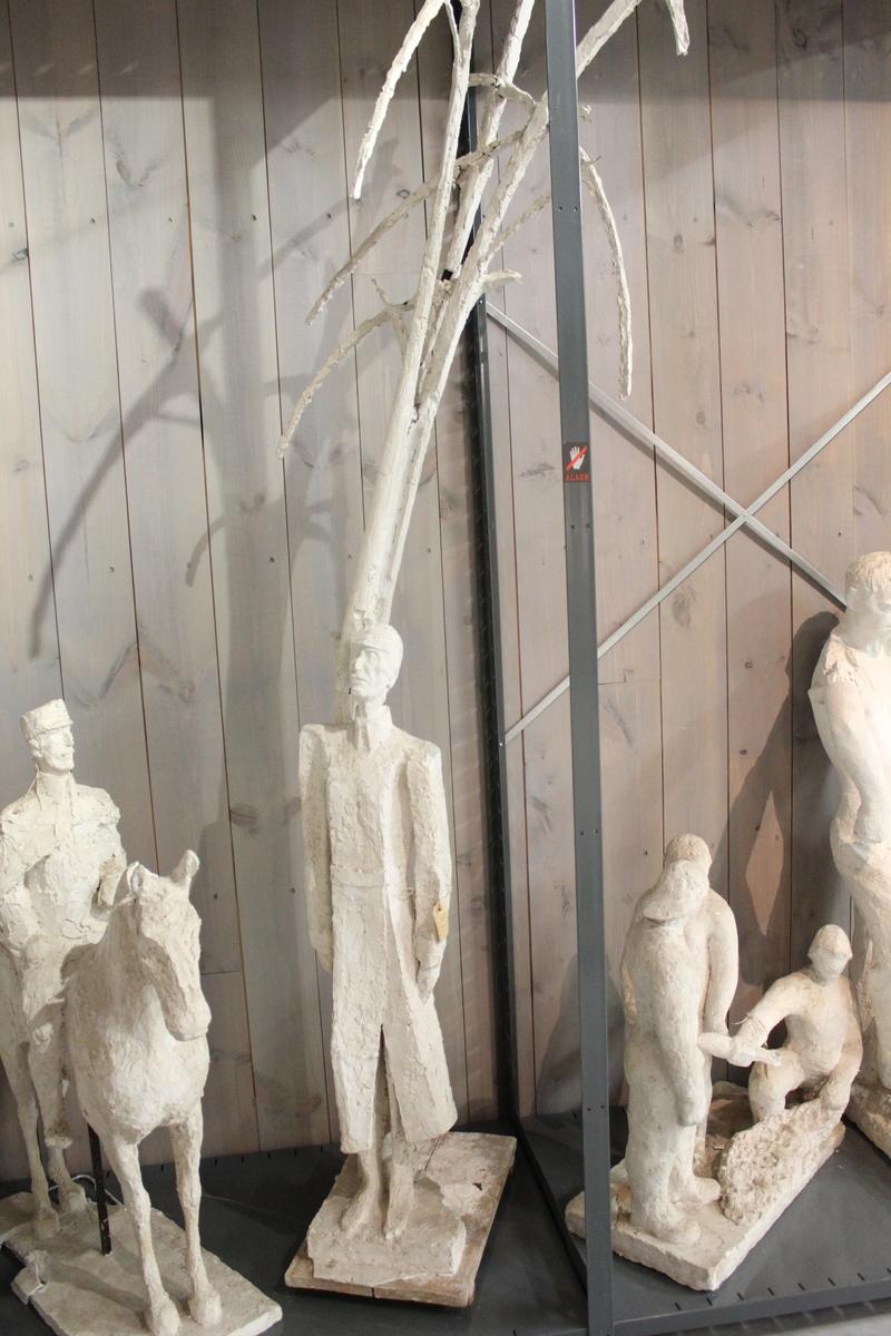 """Skulptur i gips en mann under et høyt tre. Tittel: """"Kongen"""", (Kong Haakon) Utkast til Kong Haakon monumentet. Tildelt 3. premie i 1967."""