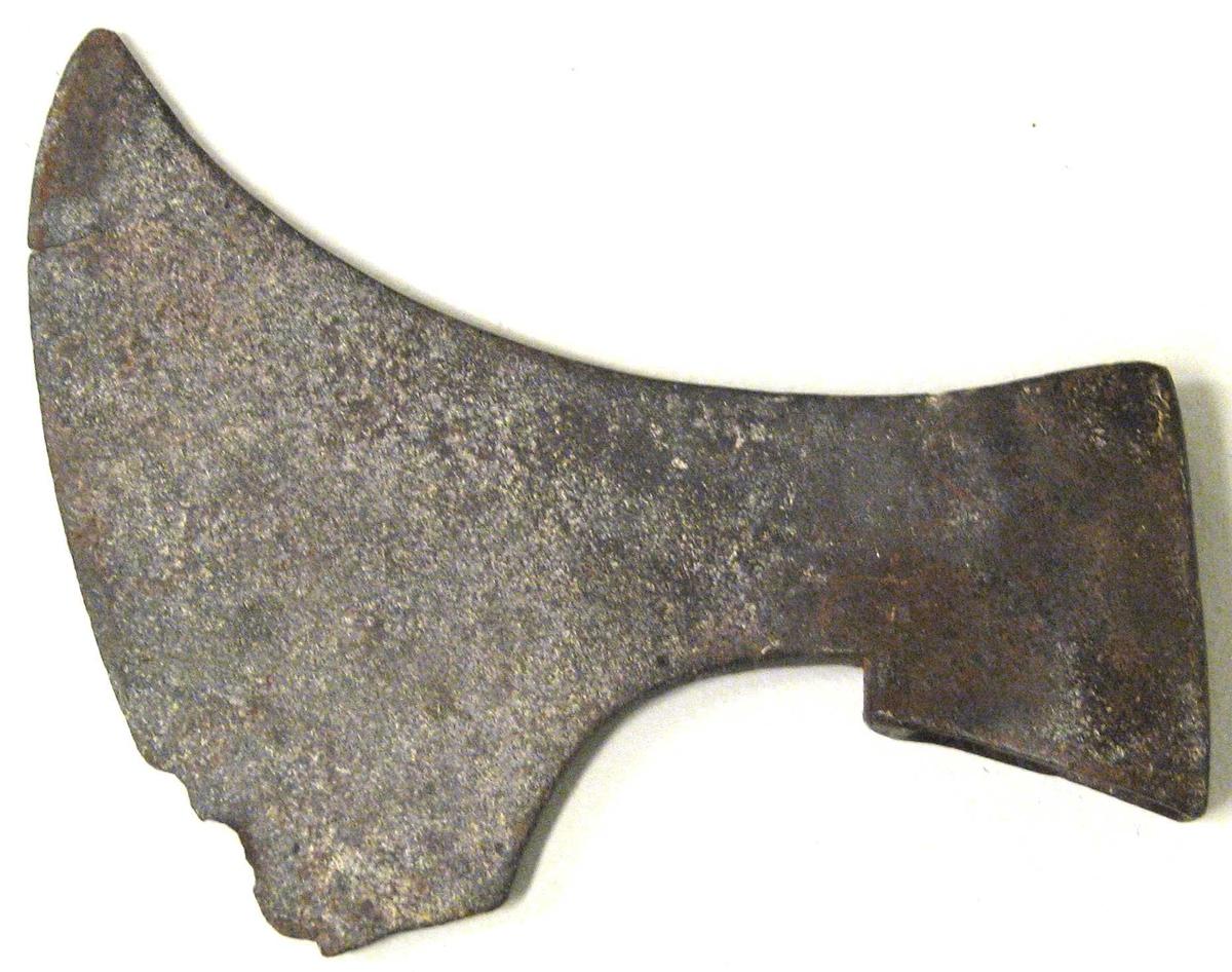 Form: Stor fin øks. Det var lovbefalte våpen som kvar gard hadde i middel - alderen, seinare vart det paradevåpen som ein hadde med seg til kyrkje og hengde frå seg i våpenhuset.
