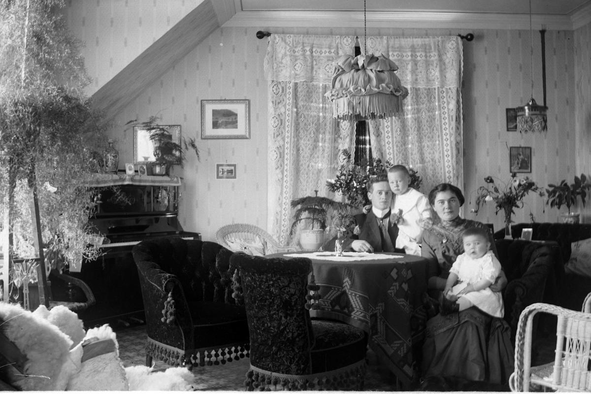 Familieportrett av kjøpmann Ewald Eriksen og kone Margit, med to ...