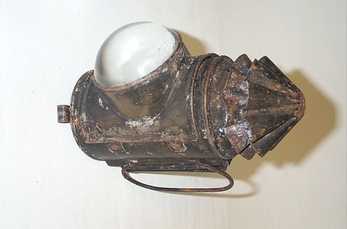Form: Sylinderforma lykt med kjegleforma topp Bærbar lykt med oljebrennar og stor prisme for lysspreiing