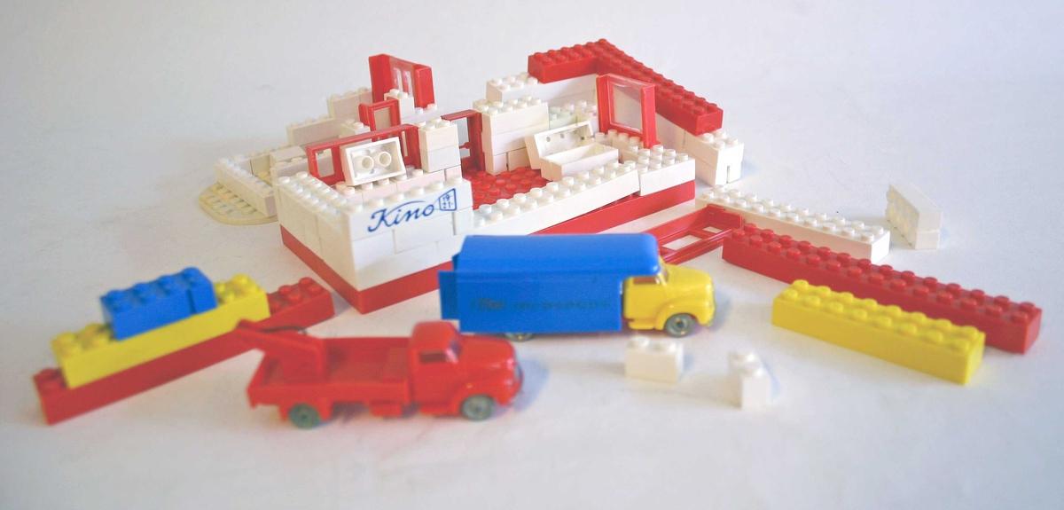 Byggeklossar og leiketøybilar i ulike storleikar og fargar.