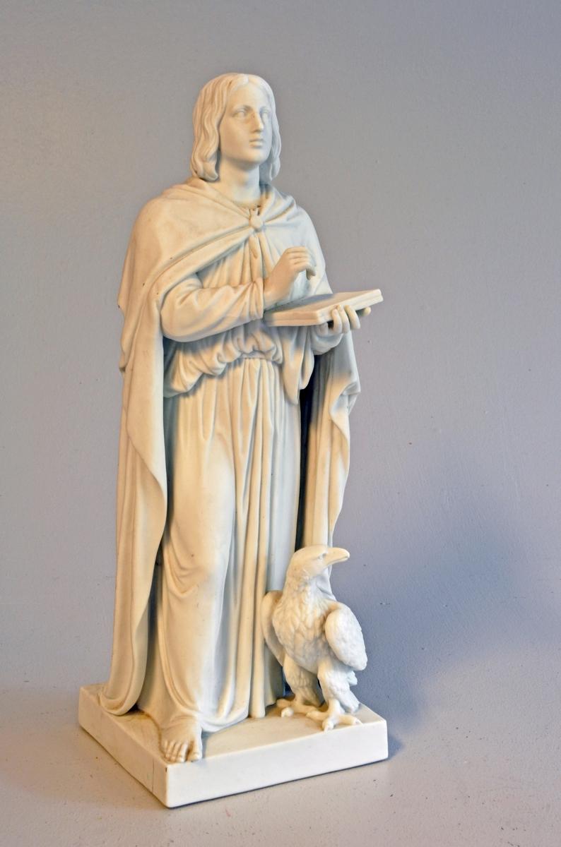 Kopi av Thorvaldsen skulptur. Ståande mann kledd i fotsid kjortel med fotsid kappe. Berføt. Har tavle/bok i eine handa. Ørn ved føtene. Står på sokkel.
