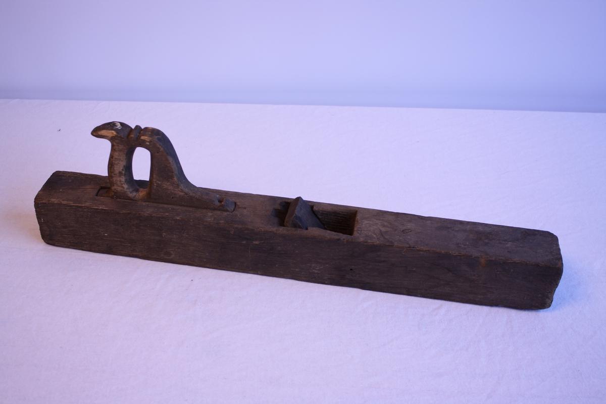Høvel laga til for eit jarn. Jarnet manglar. Har handtak, er laust. Ser ut til å vere godt brukt. Låg i kiste KSF.000227.