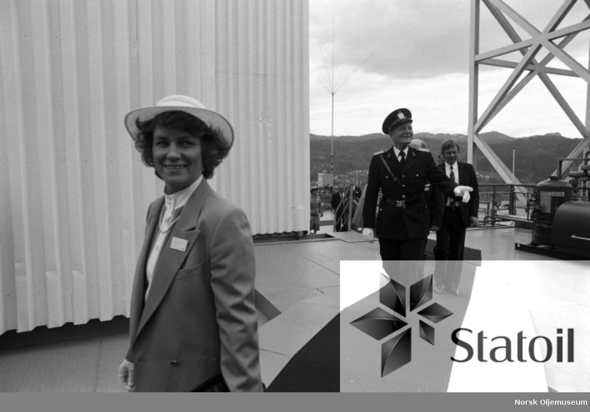 Gjester ankommer  Statfjord C, som den 10. mai 1984 ble døpt av Kronprinsesse Sonja, mens den lå i Vats. Til stede ved dåpen var blant annet industriminister Jan P. Syse, administrerende direktør Mike Smith fra Mobil Exploration, viseadministrerende direktør Henrik Ager-Hanssen fra Statoil, plattformsjef Gordon Brown fra Mobil, kommunalminister Arne Rettedal og olje- og energiminister Kåre Kristiansen.