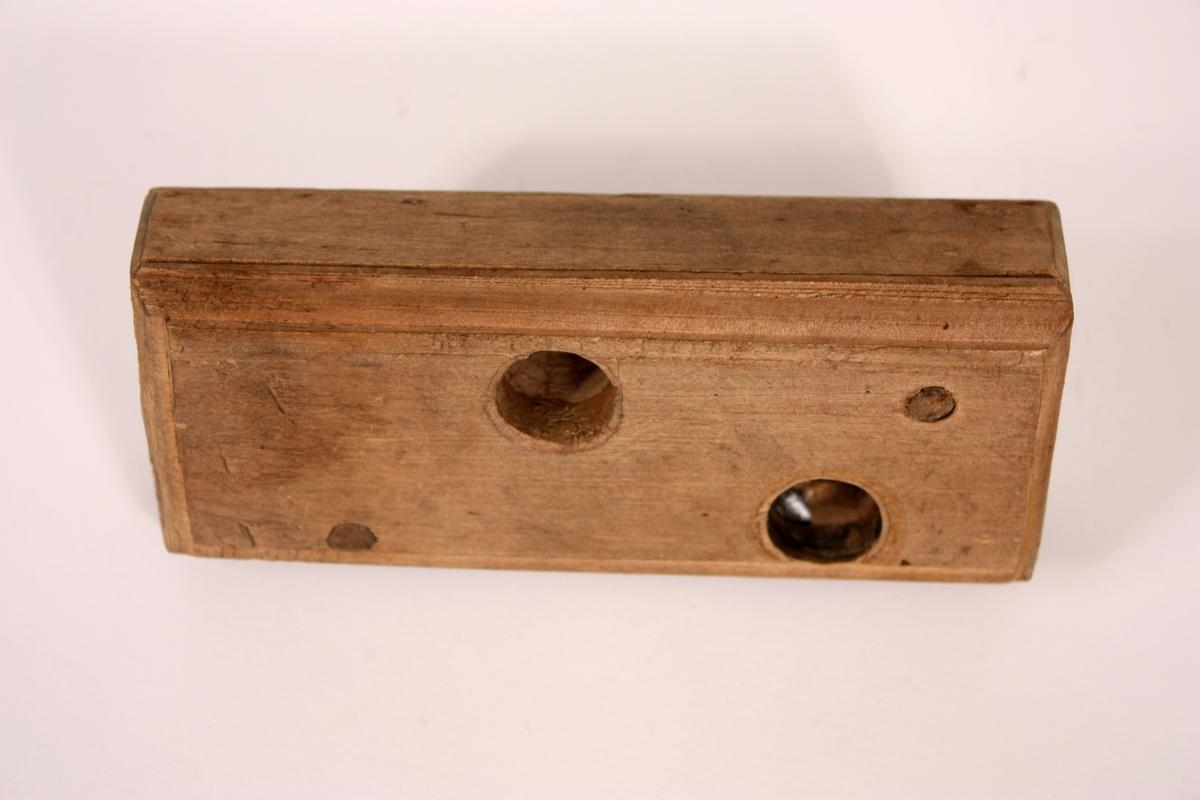 Rektangulær stokk med påmontert jern som høvlar gjenger