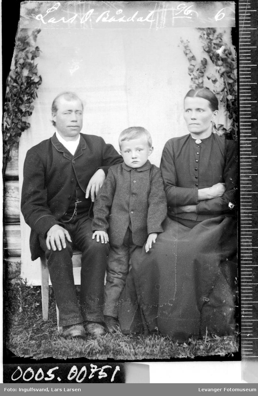 Portrett av en mann, en kvinne og en gutt.