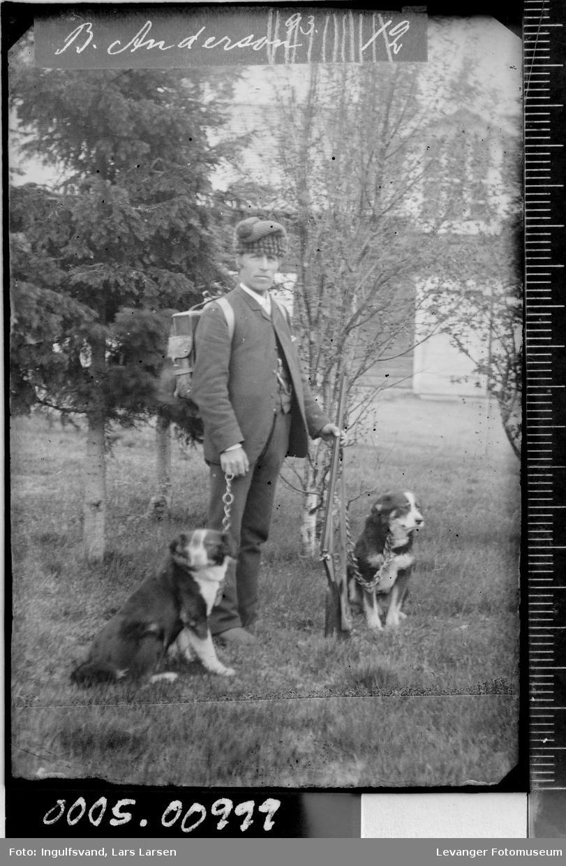 Portrett av en jeger og to hunder.