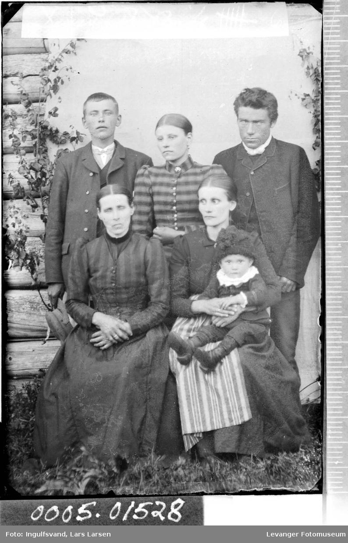 Gruppebilde av tre kvinner, to menn og et barn.