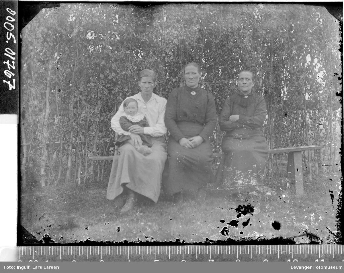 Gruppebilde av tre kvinner og et barn.