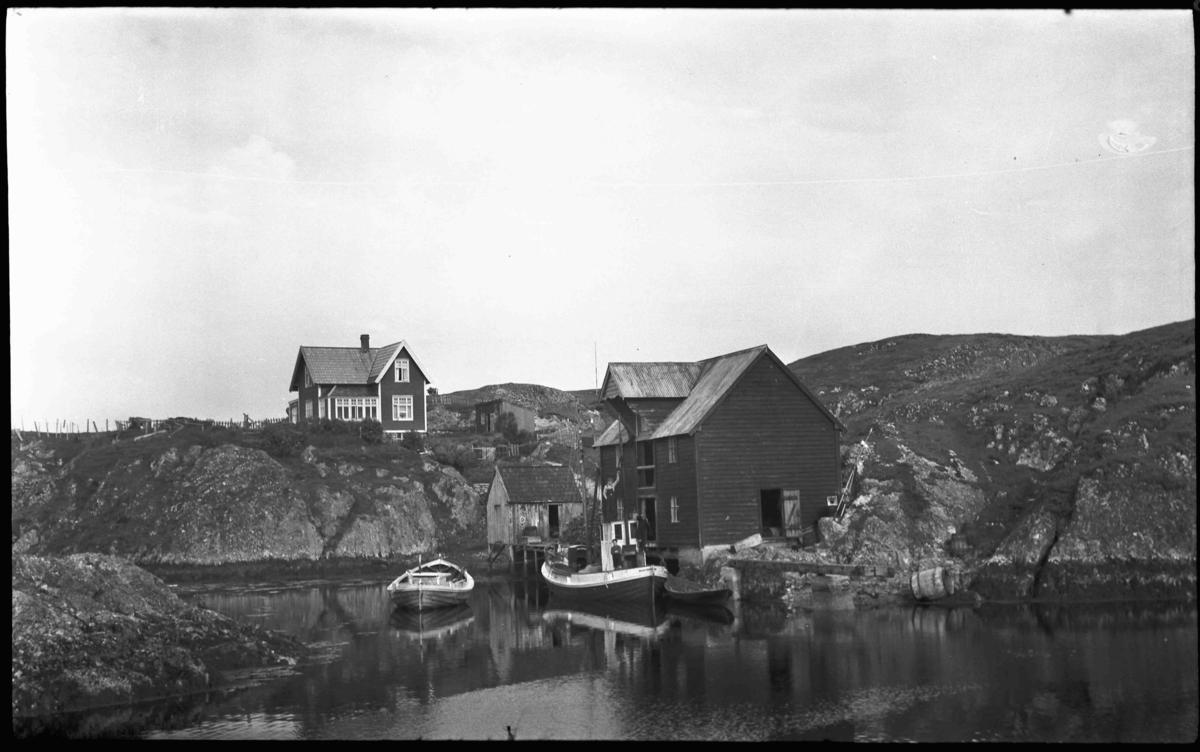 Husa på Stormhågen, Kjempenes i Bulandet med bua til Anders Nordstrand. Han gjekk i rute til Bergen med skøyta som ligg ved bua.