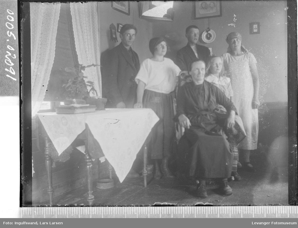 Gruppebilde av tre kvinner, to menn og en jente.