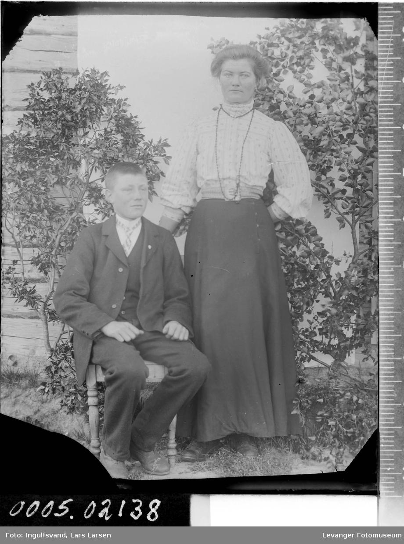 Portrett av en kvinne og en ung mann.