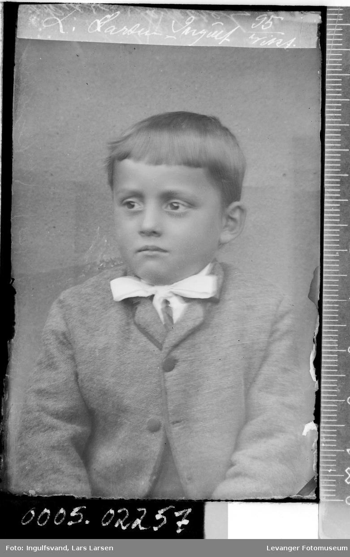 Portrett av gutt .