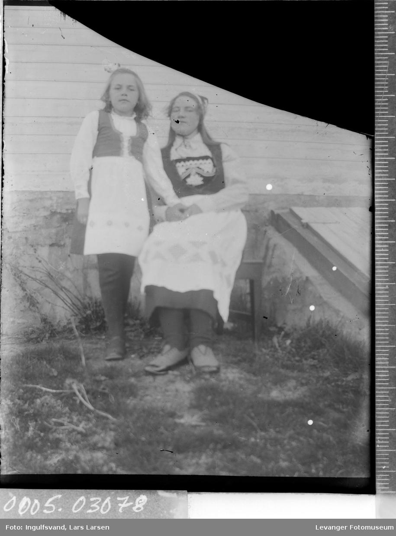 Portrett av en kvinne og en jente kledd i bunader.