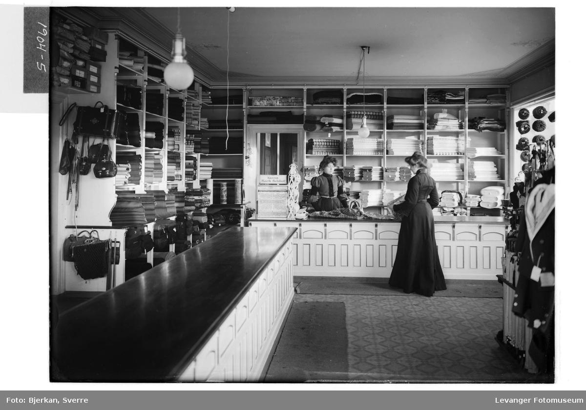 Interiør i B.M. Bratsbergs butikk