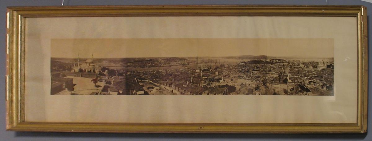 Panorama av Konstantinopel, stort fotografi inom glas och ram.  Tillhör Adolf Andersohns samling.  Johan Adolf Andersohn (1820-1887) var handlare/filantrop och museets grundare.